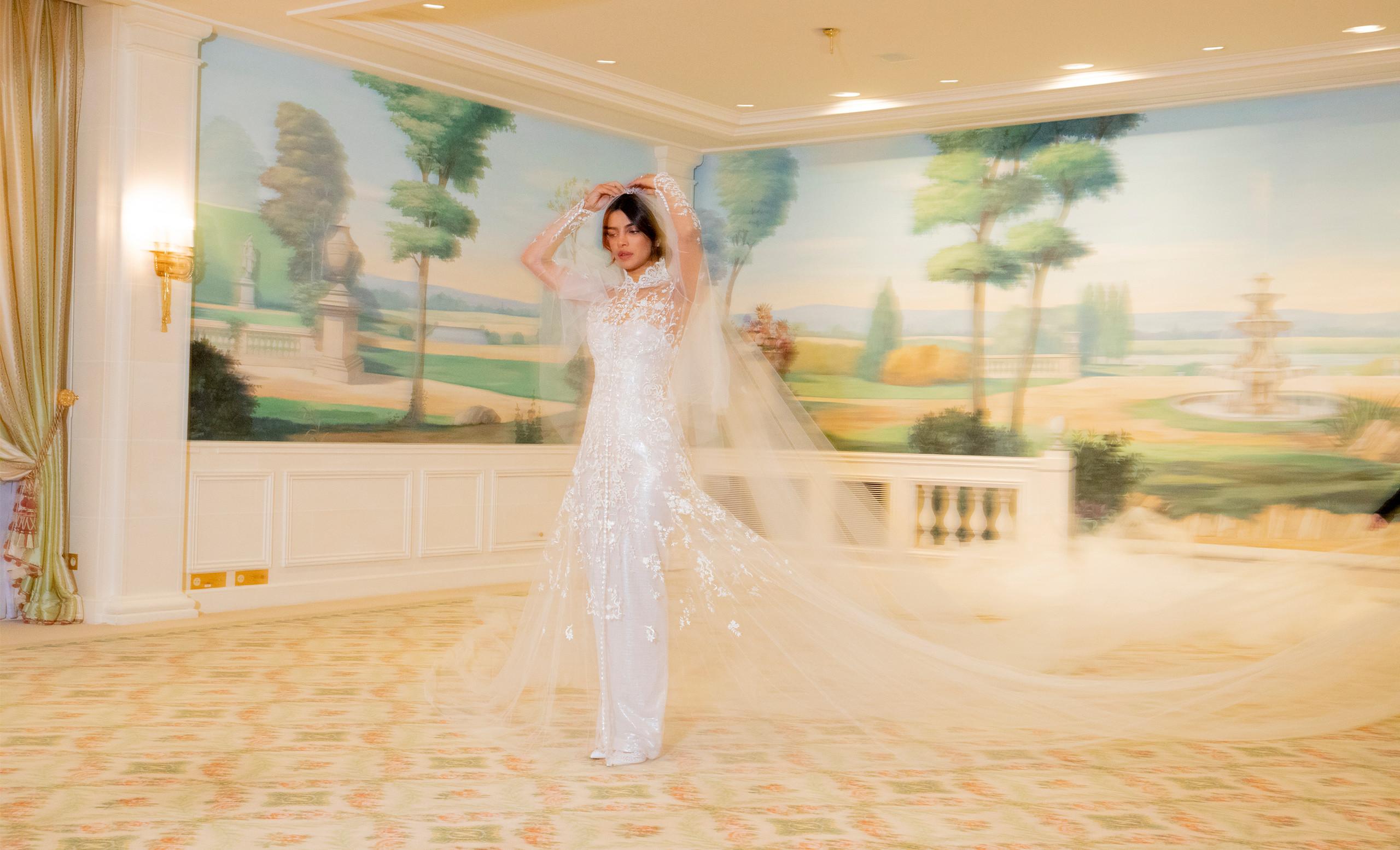 e2583807ab06 L abito di Priyanka coniugava il glamour di un modello senza spalline  impreziosito da paillettes